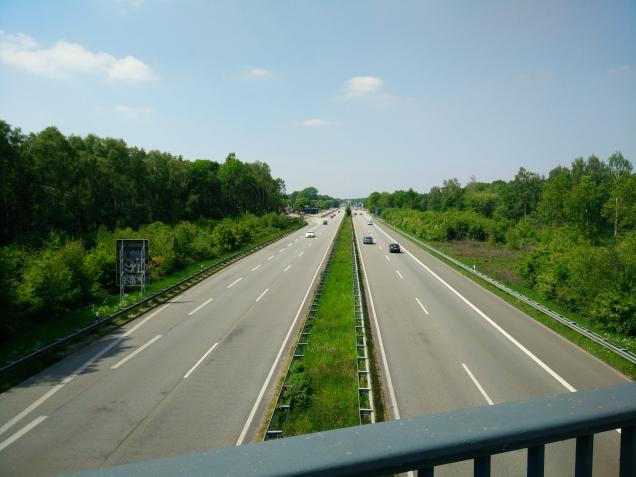 Vanaf het eerste viaduct in Duitsland zie je de op-en afritten liggen. De grensovergang is nog steeds in gebruik als  parkeerplaats. In de verte verschiet het asfalt van kleur.