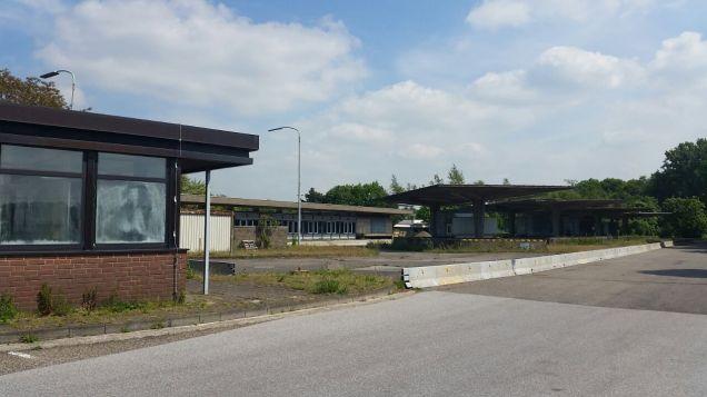 Een aardig detail: toen het douanecomplex gebouwd werd, lag het nog geheel op Nederlands grondgebied. Elten was van 1949 tot 1963 immers nog Nederlands. Om te voorkomen dat Duitsers zonder douane Elten in konden rijden, werd de afslag Elten met betonblokken afgesloten voor verkeer.
