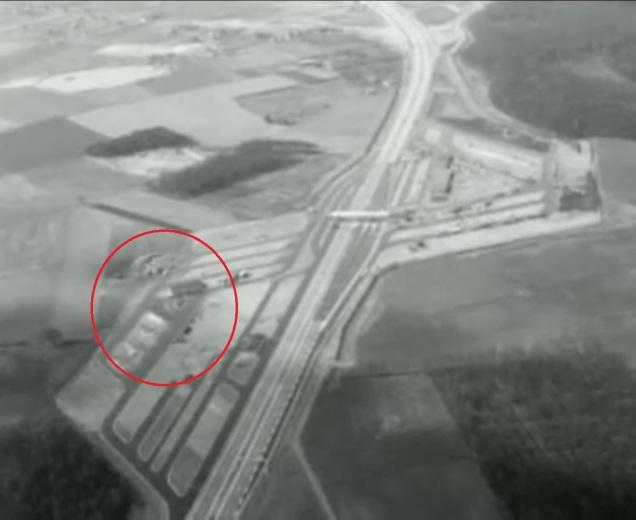 Ter oriëntatie: dit is een screenshot van luchtbeeld uit 1962, toen de grensovergang opende. In deze hoek is de grenspost via de achterdeur te bereiken.